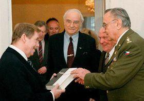 Václav Havel con los testigos