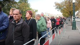 Lidé stojí ve frontě, aby se rozloučili sKarlem Gottem, foto: Till Janzer