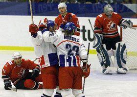 Давид Моравец поздравляет Павла Патеру с голом в матче со сборной Канады (Фото: ЧТК)