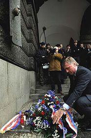 Mirek Topolánek položil 16.1. květiny pod pamětní desku J.Palacha na budově Filozofické fakulty UK, foto: ČTK