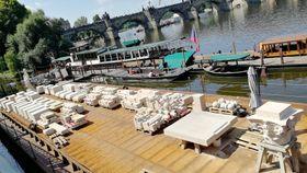 Rozložený sloup na lodi uKarlova mostu vPraze, foto: Štěpánka Budková