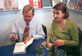 Václav Havel na autogramiádě své knihy Prosím stručně, foto: ČTK