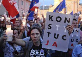 Anti-government protesters raise candles and placards reading 'Constitution', as they gather in front of the Supreme Court in Warsaw, Poland, July 23, 2017, photo: CTK