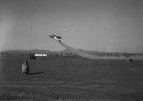 První úspěšný start letadla spomocnými raketymi 12.8.1941, foto: NASA/JPL