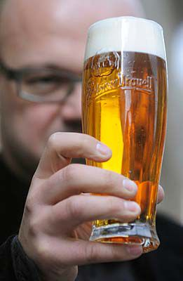 Pilsner Urquell unveils 'user-friendly' new beer glass | Radio Prague