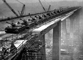 Statická zatěžovací zkouška Nuselského mostu 66 tanky v roce 1970, foto: archiv DPP