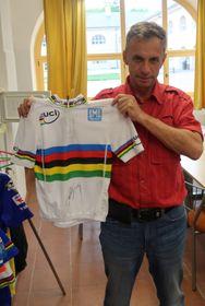 Svatopluk Henke mit dem Weltmeister-Trikot von Peter Sagan (Foto: Lothar Martin)