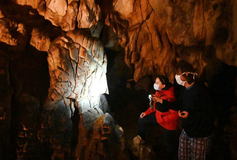 Kámen přezdívaný Mozek vHlavním dómu Kateřinské jeskyně vMoravském krasu, na kterém se nachází nejstarší kresba vČeské republice, foto: ČTK/Igor Zehl
