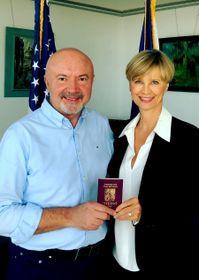 Edita Brychta dostává český pas od Generálního konzula vLA Pavola Šepeláka, foto: Archiv Edity Brychta