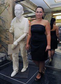 Barbora Daušová con su escultura de Havel, foto: ČTK