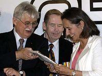 De izquierda: Jirí Dienstbier, Václav Havel y Ségolene Royal (Foto: CTK)