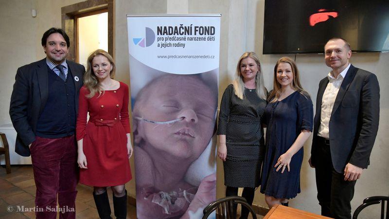 Adam Plachetka (ganz links), Hana Píšová (3. von rechts) und Kateřina Kněžíková (2. von rechts). Foto: Martin Salajka, Archiv des Stiftungsfonds für Frühgeborene und ihre Familien