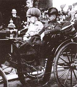 François-Joseph Ier voyageait souvent dans un carrosse ouvert et que de ce fait, les gens pouvaient l'approcher de très près