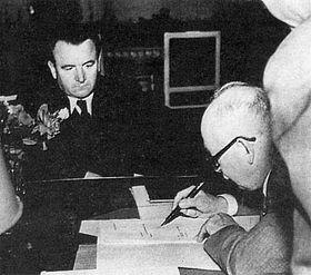 Edvard Beneš podepisuje demisi vlády, 25. února 1948