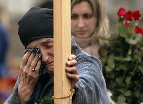 Женщина у могилы в Беслане (Фото: ЧТК)