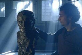 Jakub Hejna avec le buste de Josef Svoboda