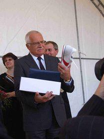 Президент Вацлав Клаус и его подарок - «ботаски» (Фото: www.botas.cz)