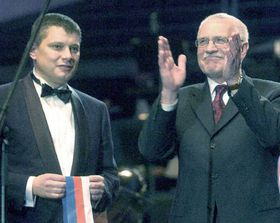 Šéf Sazky Aleš Hušák aprezident republiky Václav Klaus (vpravo) na slavnostním zahájení provozu nové víceúčelové haly Sazka Arena, foto: ČTK
