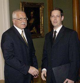 Václav Klaus (a la izquierda) y Stanislav Gross (Foto: CTK)