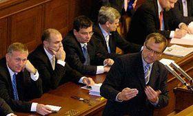 Miroslav Kalousek (vpravo) při hlasování odůvěře vlády, foto: ČTK