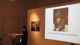 Sabine Kohler vor einem Bild von Marc Chagall (Foto: Archiv des Tschechischen Zentrums München)