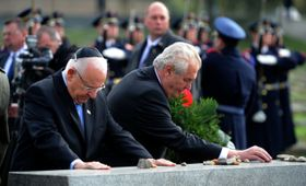 Miloš Zeman y Reuven Rivlin en Terezín, foto: ČT