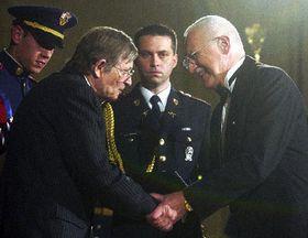 Actor Jirí Kodet recibe condecoración estatal de Václav Klaus, foto: CTK