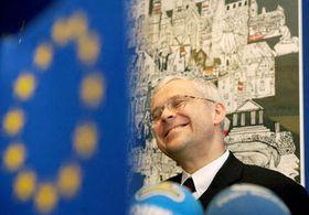 Premiér Vladimír Špidla na Evropském trhu vdolní části Václavského náměstí vPraze, kde právě začaly oslavy vstupu do Evropské unie, foto: ČTK