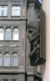 La plaque commémorative sur la façade de la maison natale de Franz Kafka