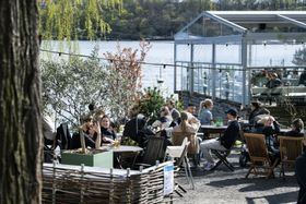People drink and eat at an outdoor restaurant in Stockholm, photo: ČTK/AP/Jessica Gow