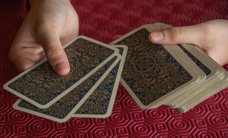 Karten spielen - hrát karty (Foto: Jacqueline Macou, Pixabay / CC0)