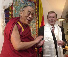 Tibetský duchovní vůdce dalajláma (vlevo) se 19.10. setkal sVáclavem Havlem vjeho pražské kanceláři, foto: ČTK
