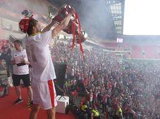 Kapitán Tomáš Souček s mistrovským pohárem na domácím stadionu Slavie Praha, foto: ČTK / Ondřej Deml