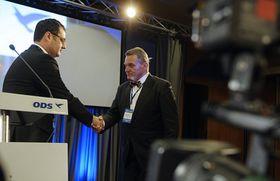 Bohuslav Svoboda (vpravo) přijímá gratulaci od odstupujícího předsedy Borise Šťastného, foto: ČTK