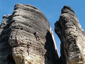 Un alpinista en las Rocas de Prachov,  foto: Dominika Bernáthová