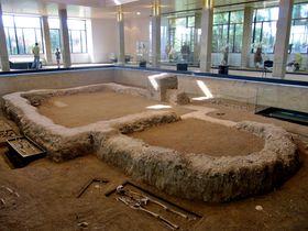 "Fundamente der Kirche in der ""Gedenkstätte Großmährens"" (Foto: Palickap, Wikimedia Commons, CC BY-SA 3.0)"