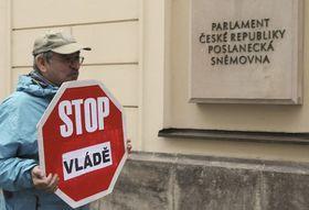 Demonstranti protestovali 26. dubna před Poslaneckou sněmovnou, foto: ČTK