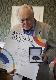 Jiří Krejčík avec le prix Artis Bohemiae Amicis, photo: CTK