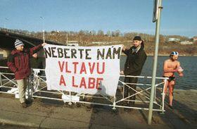 Protestní akce sdružení Arnika proti poslaneckému návrhu, aby se zákon oochraně přírody akrajiny přestal vztahovat na uvedené toky, foto: ČTK