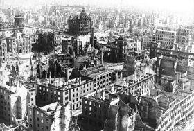 Drážďany po bombardování, foto: Bundesarchiv, snímek 183-Z0309-310 / G. Beyer / CC-BY-SA 3.0