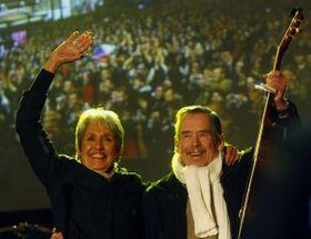 Joan Baez y Václav Havel en las celebraciones del 20 aniversario de la Revolución de Terciopelo (2009), foto: ISIFA/ VLP/ Vít Šimánek