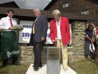 Jiri Dientsbier und Dana Zatopkova bei der Grundsteinlegung (Foto: CTK)