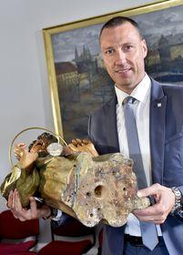 Jan Wolf mit der Statue des hl. Thomas (Foto: ČTK / Vít Šimánek)