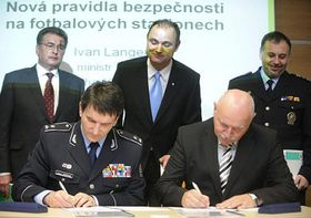 Police Commissioner Oldřich Martinů (left) and Pavel Mokrý of ČMFS signing the agreement, photo: CTK