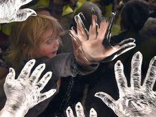 Элишка - внучка Милены Гренфелл-Бейнс. На памятнике появляется отпечаток именно ее ладони, Фото: ЧТК