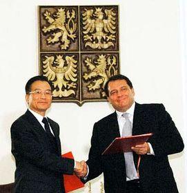 Čínský premiér Wen Ťia-pao (vlevo) sčeským premiérem Jiřím Paroubkem, foto: ČTK