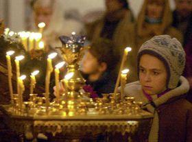Okolo tří set věřících se sešlo 6. ledna vchrámu sv. Petra aPavla vKarlových Varech, aby oslavili pravoslavné Vánoce, foto: ČTK