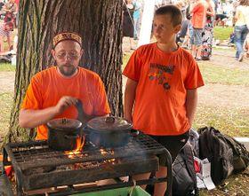 Участники фестиваля готовят чай Масала (Фото: Алексей Пономарев)