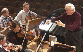 Jean Fournet dirige l'Orchestre philharmonique tchèque, photo: CTK