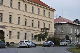 Школа в Раковнике, в которой ученик напал на учительницу (Фото: ЧТК)